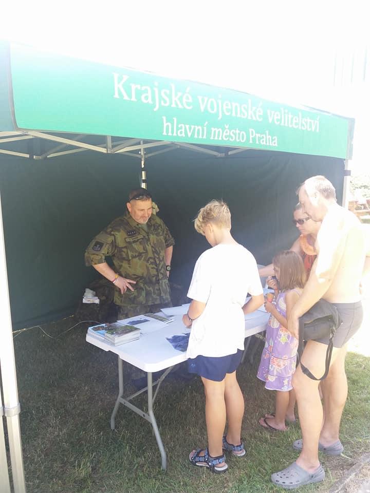 Stánek Krajského vojenského velitelství hl. m. Praha. Zdroj: POKOS